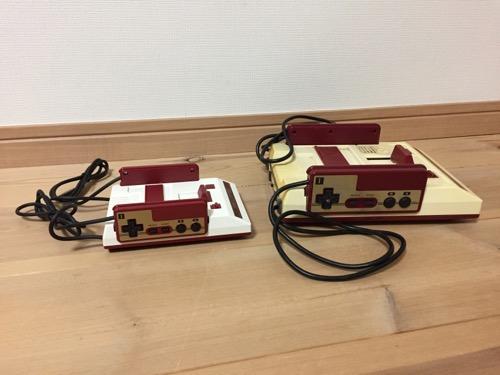 ニンテンドークラシックミニファミコンとファミリーコンピュータのゲーム機本体を横から見た時の様子