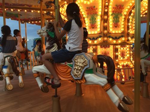 エミフルMASAKIのメリーゴーランドのお馬に乗る小学5年生の娘