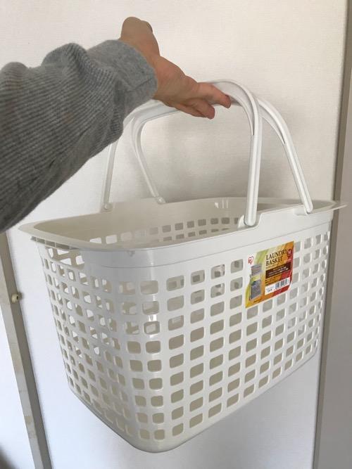 洗濯籠「アイリスオーヤマ バスケット ランドリー ピュアホワイト LB-M 」を手で持った時の様子