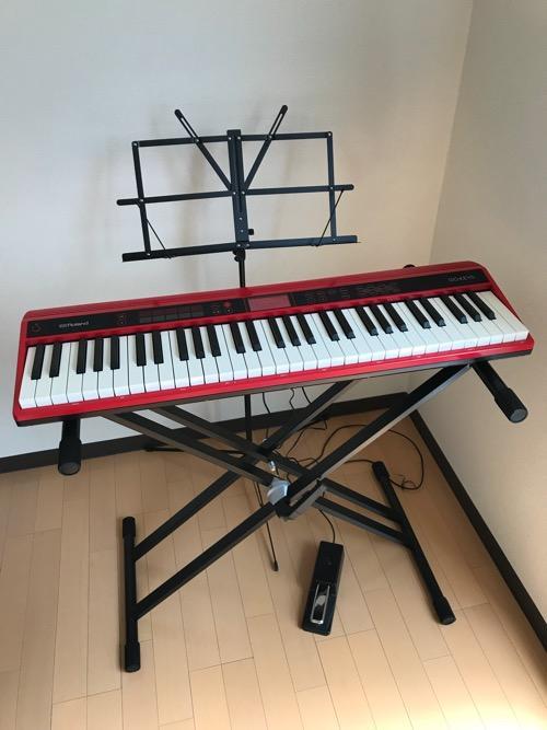 Dicon Audio KS-020 Keyboard Stand X型キーボードスタンド ダブルレッグの上に設置した61鍵盤のキーボード(Roland GO:KEYS)にペダルを取り付け、譜面台を置いた時の様子