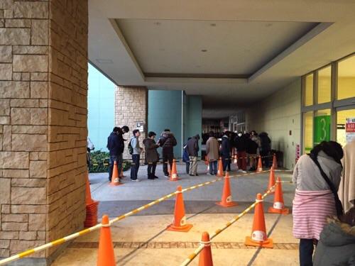 エミフルMASAKIの店舗入口前で初売りのための順番待ちをしている人々(2016年1月1日午前7時11分)