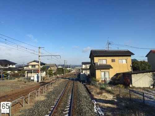 井原鉄道・井原線の神辺駅ホームから発射した列車の先頭の窓から眺めた線路などの風景