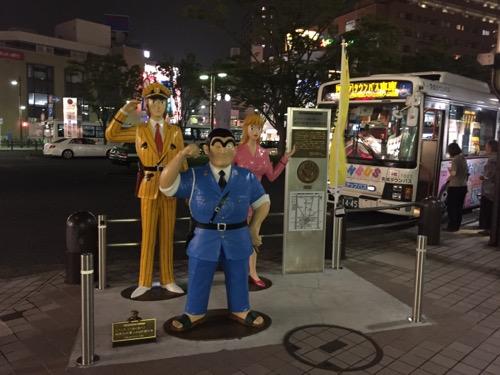 JR亀有駅(南口)のバス乗り場付近に設置されているこち亀キャラクター(両さん、中川君、麗子さん)の人形