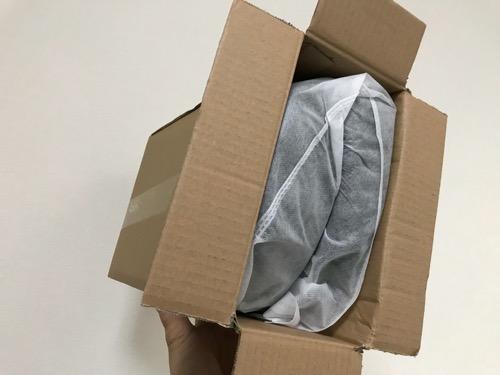 Mkicesky 第四世代座布団 低反発クッションが箱の中で折りたたまれている様子