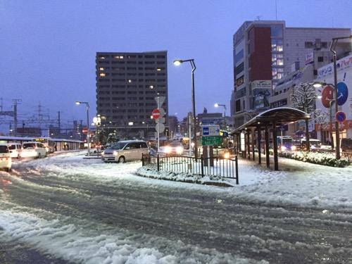 雪景色のJR金町駅南口バス停前の交差点-2015年1月18日午前6時45分頃