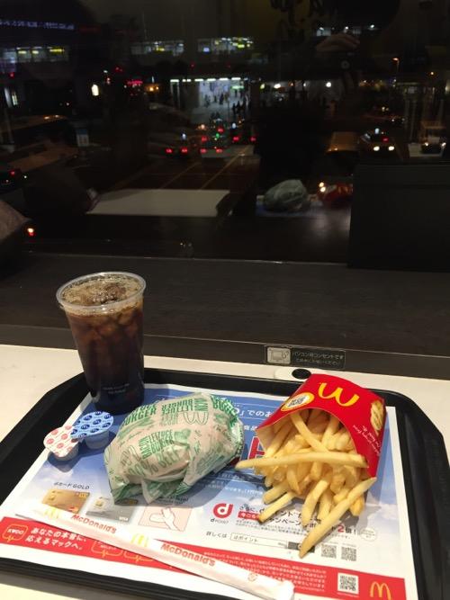 マクドナルドの商品と充電可能なコンセント。マクドナルド秋葉原駅前店2階にて。