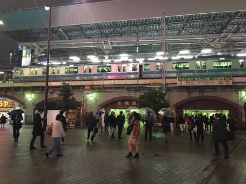 新橋SL広場から見たJR新橋駅ホームと停車中の京浜東北線の電車
