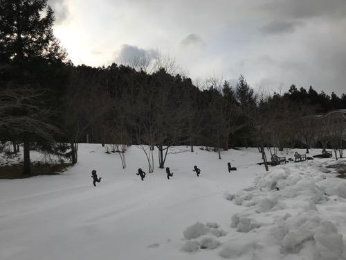 宮城大学キャンパス内の雪原を走る子供達