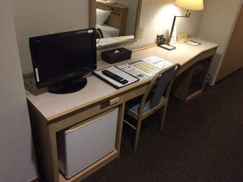 アイリス愛知(愛知県名古屋市中区丸の内2-5-10)の部屋の机と椅子