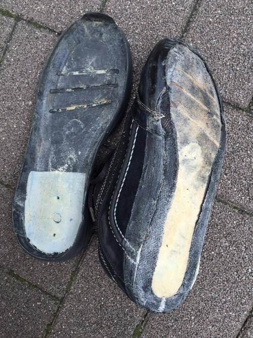 靴底の裏側と靴底が剥がれた靴の裏側