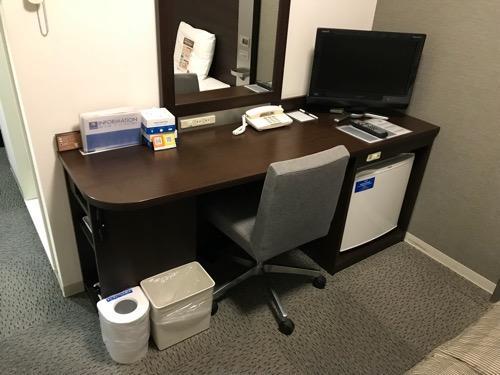 コンフォートホテル新潟駅前のシングルルームの机と椅子