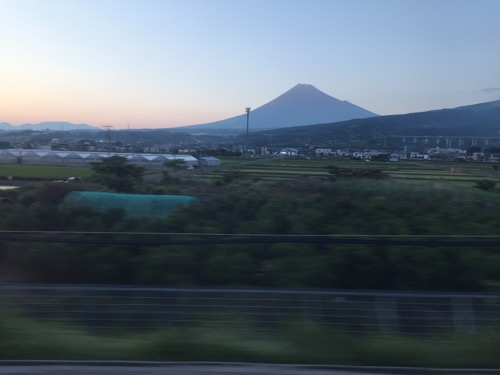 新幹線のぞみ121号岡山行の進行方向右手側の窓から眺めた富士山