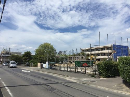 解体中の余土中学校校舎-2016年9月3日-余土小学校前の歩道より眺めた様子2