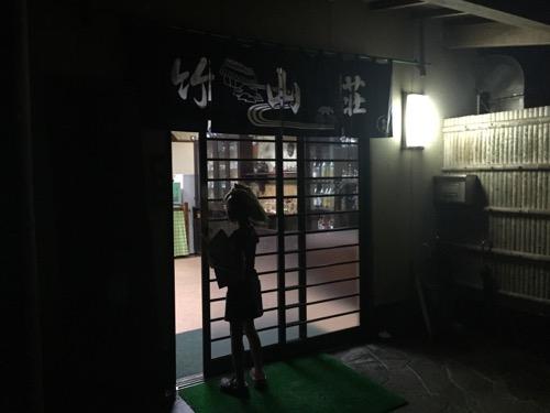 夜の竹山荘の玄関扉を閉める小学5年生の娘