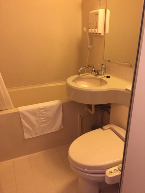 東横イン名古屋丸の内のトイレ、洗面台、シャワー付浴槽