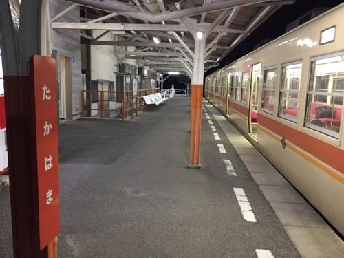 伊予鉄道高浜駅のホームの柱の駅名標とホームの様子