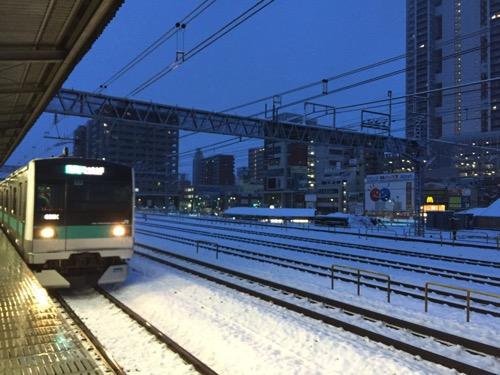 雪景色のJR金町駅2番線ホームに到着しつつある代々木上原行の電車-2015年1月18日午前6時49分頃