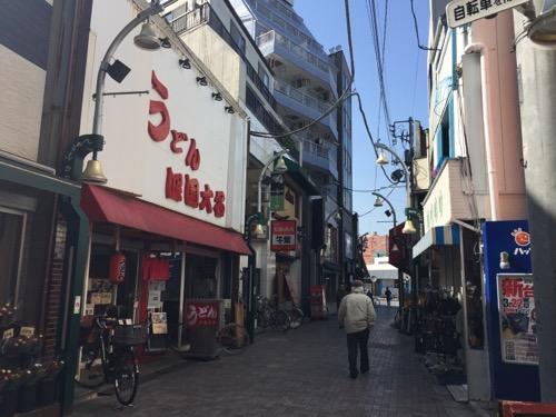 うどん四国大名の店舗外観と店舗周辺の様子