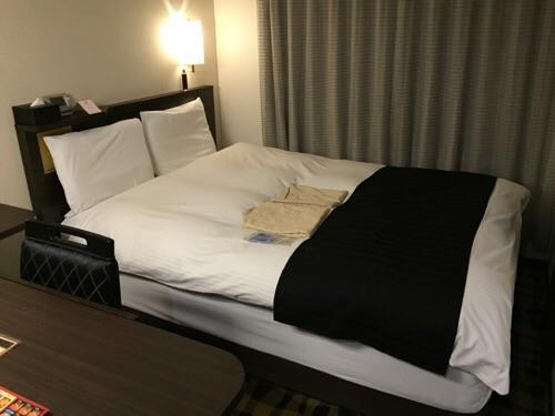 アパホテル新橋御成門の客室内ー広々としたベッド