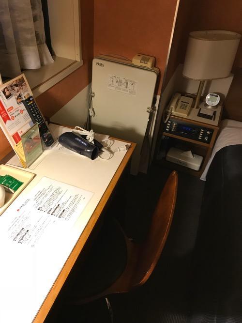 新潟第一ホテルのダブルルームの机と椅子