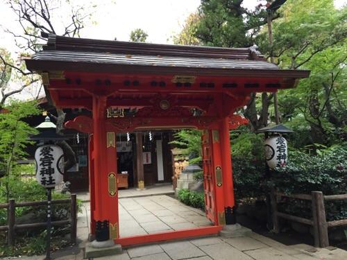 愛宕神社の赤い門