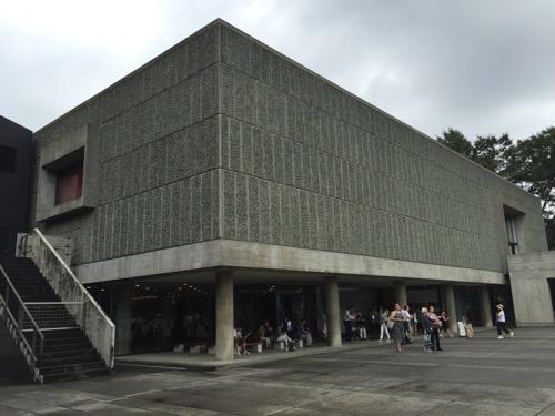 国立西洋美術館の外観(正面に向かって左側から斜めに撮影)