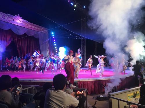 ポップサーカス(愛媛公演)の指定席01列14の席から見たテント内の様子・フィナーレの様子
