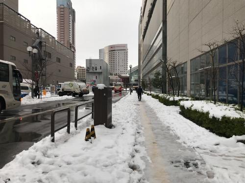 天然温泉 加賀の湧泉 ドーミーイン前のフォーラス金沢の横の歩道などの風景(雪景色)