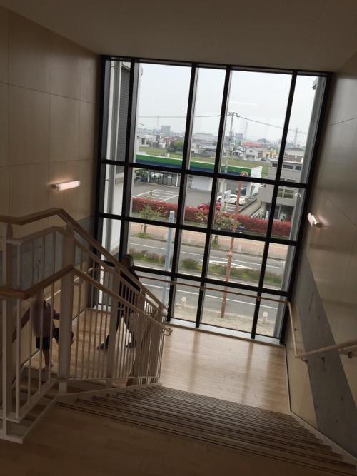 余土中学校の新校舎棟2階の大きな窓がある階段