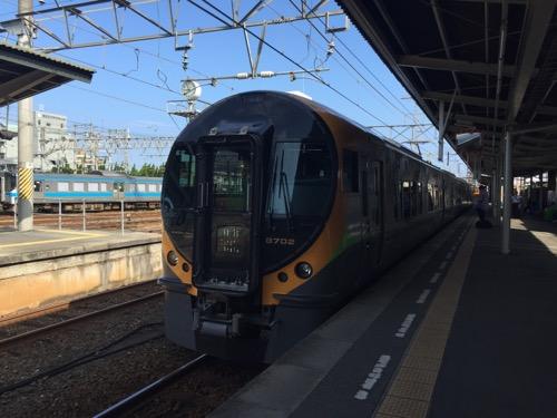 特急いしづち12号、しおかぜ12号が松山駅に到着しつつある様子