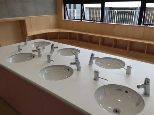 余土中学校の新校舎棟2階 1-1前の廊下の手洗い場