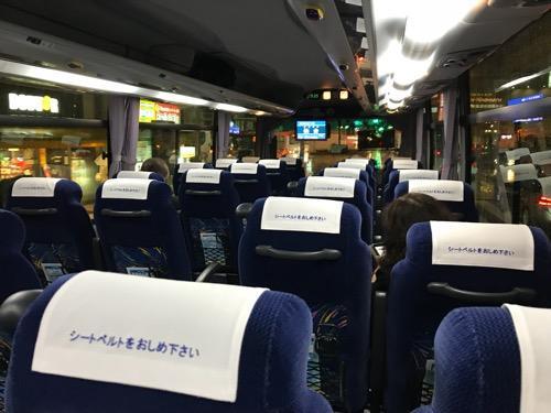 仙台行の高速バス「仙台-新潟線(WEライナー)」(JRバス東北)の車内後方座席から前方座席を見た時の様子