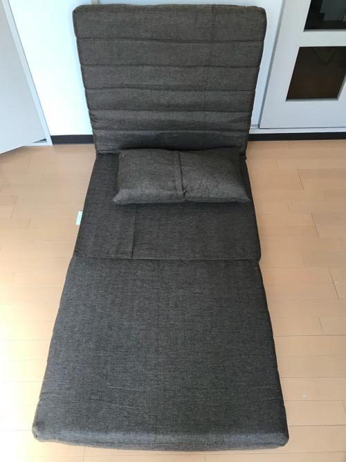 足長の座椅子タイプに変形させたリクライニングソファ BONOと付属のクッション