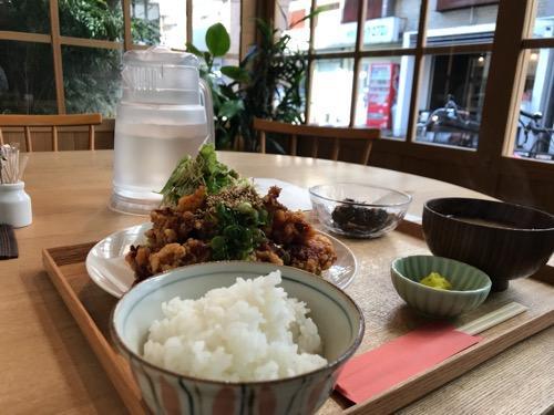 キッチンホリグチの日替わり定食・唐揚げの油淋鶏ソースと店内の窓からの眺め