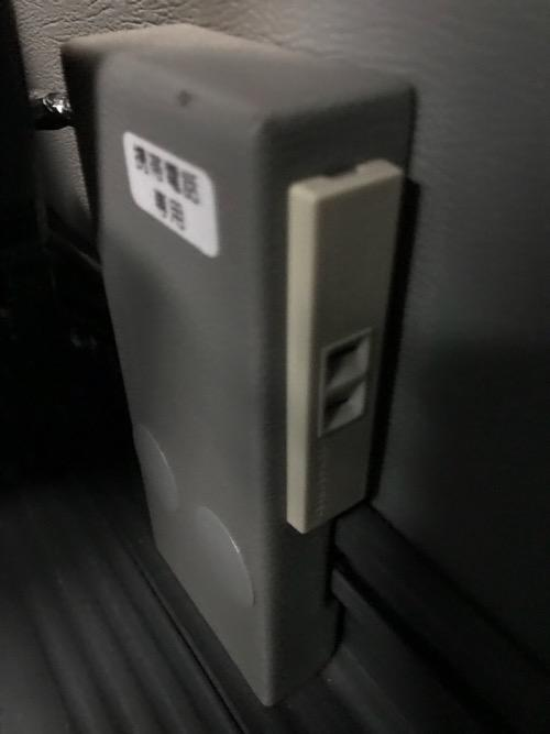 仙台行の高速バス「仙台-新潟線(WEライナー)」(JRバス東北)の車内設備(コンセント)