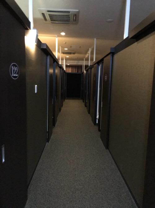 ホテルゆめのゆ エコノミーシングル(簡易宿泊)の通路、通路両端に並ぶ各部屋の入口