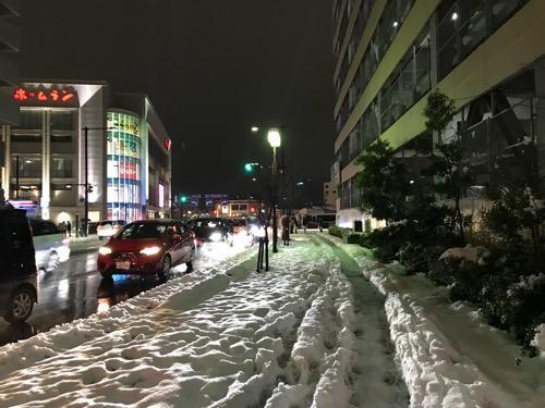 金沢フォーラス前の歩道に積もった雪