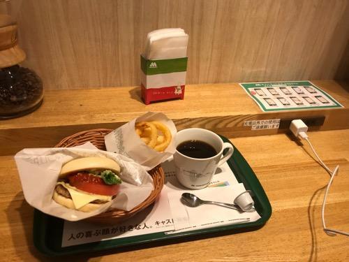 モスバーガー仙台西口店で注文したマルデピザオニポテセット・コーヒー、充電可能なコンセント