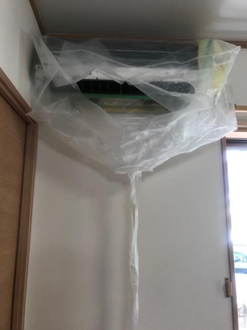 高圧洗浄のためにナイロンで覆われたエアコンとナイロンから伸びる汚水吐き出し用のナイロンのチューブ