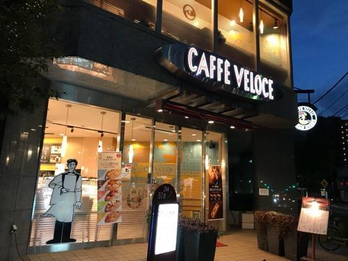 カフェ・ベローチェ 稲荷町店(東京都台東区元浅草2-11-6 稲荷町タワー1F)の外観(夜の様子)