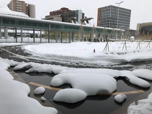 金沢駅西口のタクシー乗り場用道路の雪景色