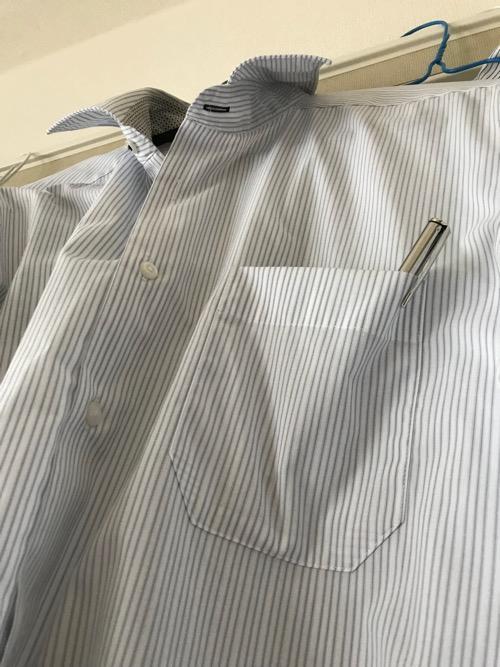 株式会社トレードワン 携帯用スクラッチャー MA・GO・NO・TE(ハンガーにかけられたワイシャツの胸ポケットの中に孫の手を入れた時の様子)