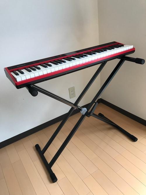 Dicon Audio KS-020 Keyboard Stand X型キーボードスタンド ダブルレッグの上に設置した61鍵盤のキーボード(Roland GO:KEYS)