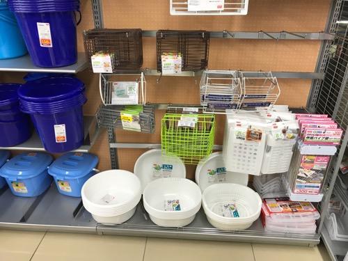 100円ショップ・ダイソーの店内に並ぶ洗い桶