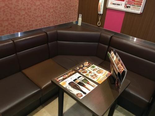 ジョイサウンド金町店の部屋の中、テーブル