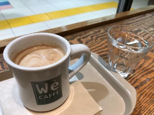 We CAFFE エキュート大宮店のカウンターテーブルに置いたホットコーヒーと水