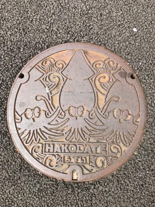 北海道函館市の名産・イカを描いた「HAKODATE うすい」と書かれたマンホールの蓋