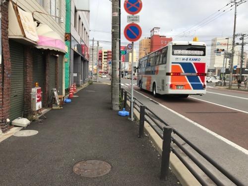 北海道函館市の名産・イカをデザインした「HAKODATE うすい」と書かれたマンホールの蓋がある歩道の周辺の様子