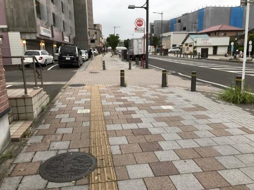 宮城県名取市の「なとりし」と書かれ、名取市の木・黒松が描かれたマンホールの蓋がある歩道の周辺の様子