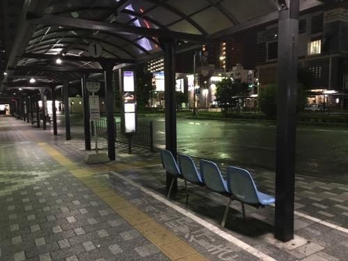 JR金町駅南口にある1番バス停(深夜1時44分頃の様子)